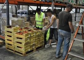 Voluntaris al magatzem de la zona franca. Font: Banc dels Aliments (flickr)