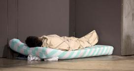 Una persona dormint al carrer