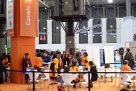 Joves assessorant-se en l'espai d'Autoocupació en el Saló de l'Ocupació Juvenil