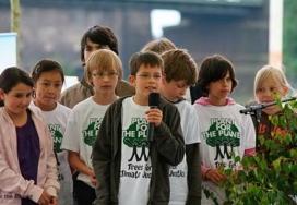 El fundador de la ONG Felix Finkbeiner i altres nens. Font: Google imatges