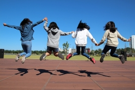 Noies saltant