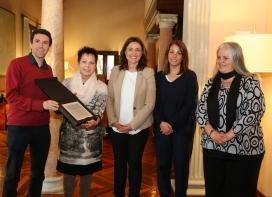 La presidenta de la Diputació de Barcelona, Mercè Conesa, va lliurar una placa commemorativa a Projecte Home com a reconeixement del vintè aniversari de l'entitat.