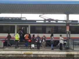 Particiapant a la cursa esperant el tren a Tarragona (imatge: transportpublic.org)