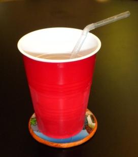 Un got de plàstic és un un producte amb una vida útil molt breu (imatge: wikimedia)