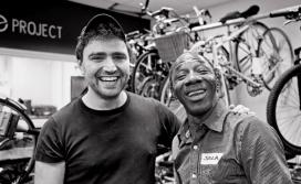 Jem Stein, fundador de The Bike Project, amb un refugiat. Font: The Bike Project