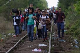 Un grup de refugiats caminen des de Sèrbia fins a Àustria per les vies del tren