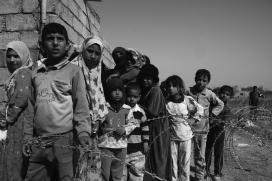 Persones refugiades esperant el seu torn per rebre menjar. Font: Wikipedia