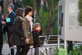 Una família mira una exposició sobre persones refugiades.