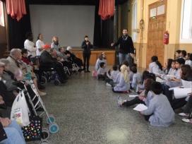 Visitant el Col·legi Sant Pere Claver per convidar els infants a visitar la residència