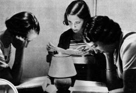 Fotografia antiga amb dones llegint