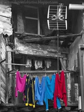 Roba estesa en un edifici en mal estat. Font: Carlos Velayos (flickr.com)