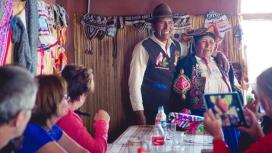 Turistes i persones autòctones a la Ruta Pachamama