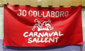 """Pancarta penjada en un balcó amb el lema """"Jo col·laboro, Carnaval Sallent"""" (Font: Facebook carnaval Sallent)"""