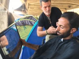 Saul Sancho talla el cabell a un refugiat. Font: Saul Sancho