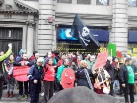 Concentració d'activistes contra la pobresa energètica. Font: Aliança contra la Pobresa Energètica