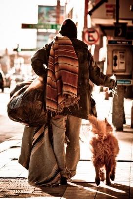 Un home sense sostre. Font: El Pelos Briseño (flickr.com)