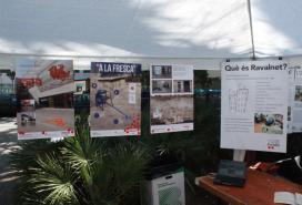 """Una mostra de """"Senyalem"""" durant la Diada de Sant Jordi a la Rambla del Raval"""