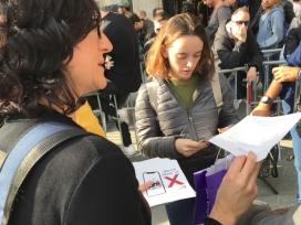 Trepat parla amb consumidors en el dia del llançament de l'iPhone X.