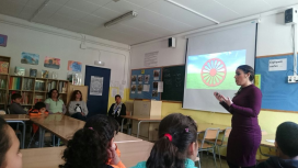 Jelen Amador impartint una classe sobre cultura gitana a una classe de Primària de l'escola Mare de Déu de Montserrat de Terrassa