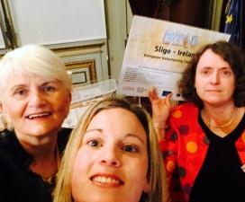 Autoretrat de tres dones celebrant el guardó. Font: Sligo Volunteer Centre