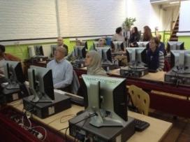 Persones fent una formació en un dels telecentres que formen part de la xarxa
