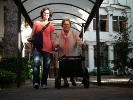 Una voluntària amb una dona gran a 'Vacances amigues' a Tiana, 2013.