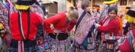 Emprovant-se vestits tradicionals en una comunitat de la Tierra de los Yachqs