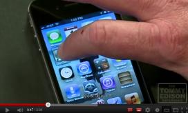 Tommy Edison explicant com utilitza el seu iPhone