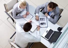 Treballadors en una oficina. Font: Tenealive