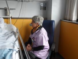 Una de les tasques que ofereixen les persones voluntàries és acompanyament en ingressos hospitalaris. Font: Tarraco Salut