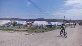 Nen amb una bicicleta a un camp de refugiats. Font: UOC