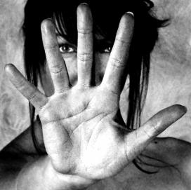 Dona amb la mà estesa