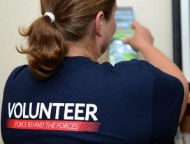 Una voluntària d'esquena mostra la seva samarreta.