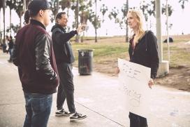 Voluntària del moviment oferint la seva atenció a un vianant. Font: Urban Confessional