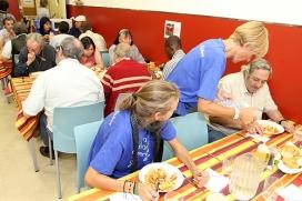 Voluntària d'Arrels Fundació a un menjador social (Font: flickr.com)