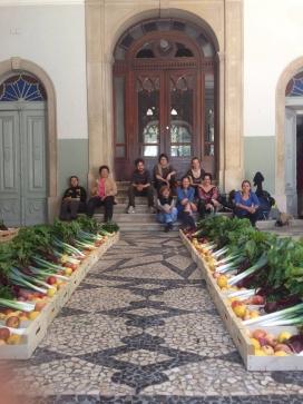 Cistelles de fruita i verdura lletja rebutjades pel mercat als agricultors, són distribuïdes per la cooperativa de consum Fruta Feja (imatge: frutafeija.pt)