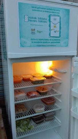 La nevera solidària per recuperar menjar que altrament s'haguès perdut (imatge: neverasolidaria.org)