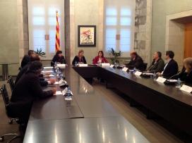 Imatge de la vicepresidenta amb els signants del codi de bones pràctiques . Font: web gencat.cat