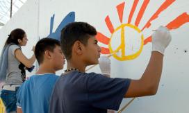 Joves dibuixant un mural. Projecte Youth4Peace