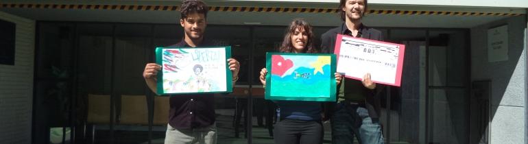Voluntari i voluntària d'un taller de pintura creativa al CE Can Llupià