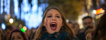 Manifestant a una concentració contra la violència masclista.