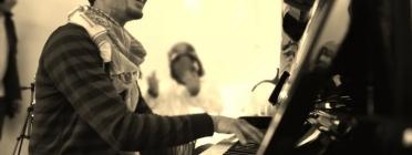 Aeham tocant el piano. Font: Associació Catalana per la Pau