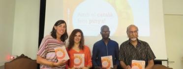 Presentació del llibre 'Amb el català, fem pinya!'. Font: Plataforma per la Llengua