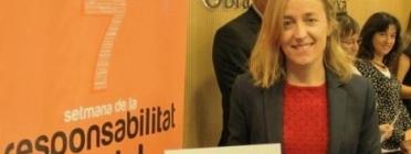 Anna Corbella mostrant l'etiqueta més responsable
