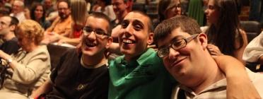 Participants d''Apropa Cultura' asseguts al teatre esperant que comenci l'obra