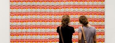 Dues persones observant una obra de Warhol a la National Gallery of Art
