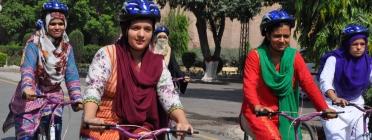 Imatges de dones en bicicleta d'un projecte d'empoderament de dones a Pakistan de USAID