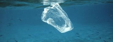 Bossa de plàstic contaminant el mar.