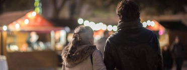 Una parella camina en una de les edicions de la Fira de Consum Responsable. Font: Ajuntament de Barcelona