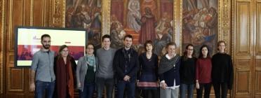 Foto de família després de la signatura entre les entitats de drets humans i l'Ajuntament de Barcelona. Font: Ajuntament de Barcelona
